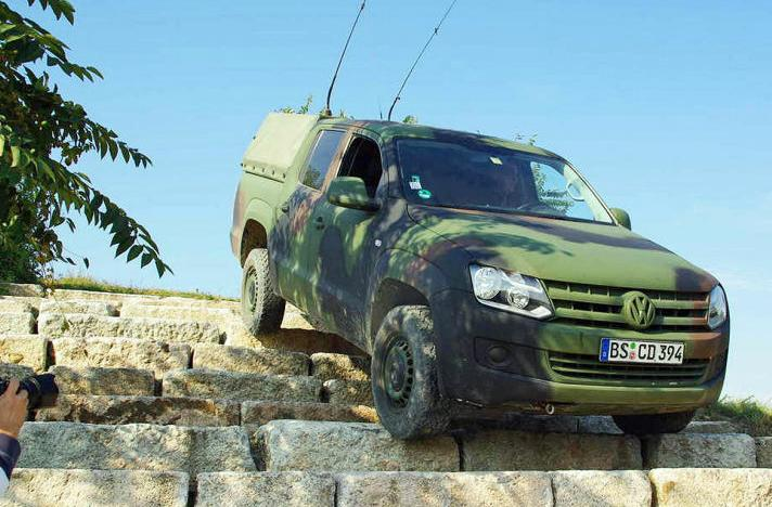 Volkswagen Amarok M Command Car Steps1